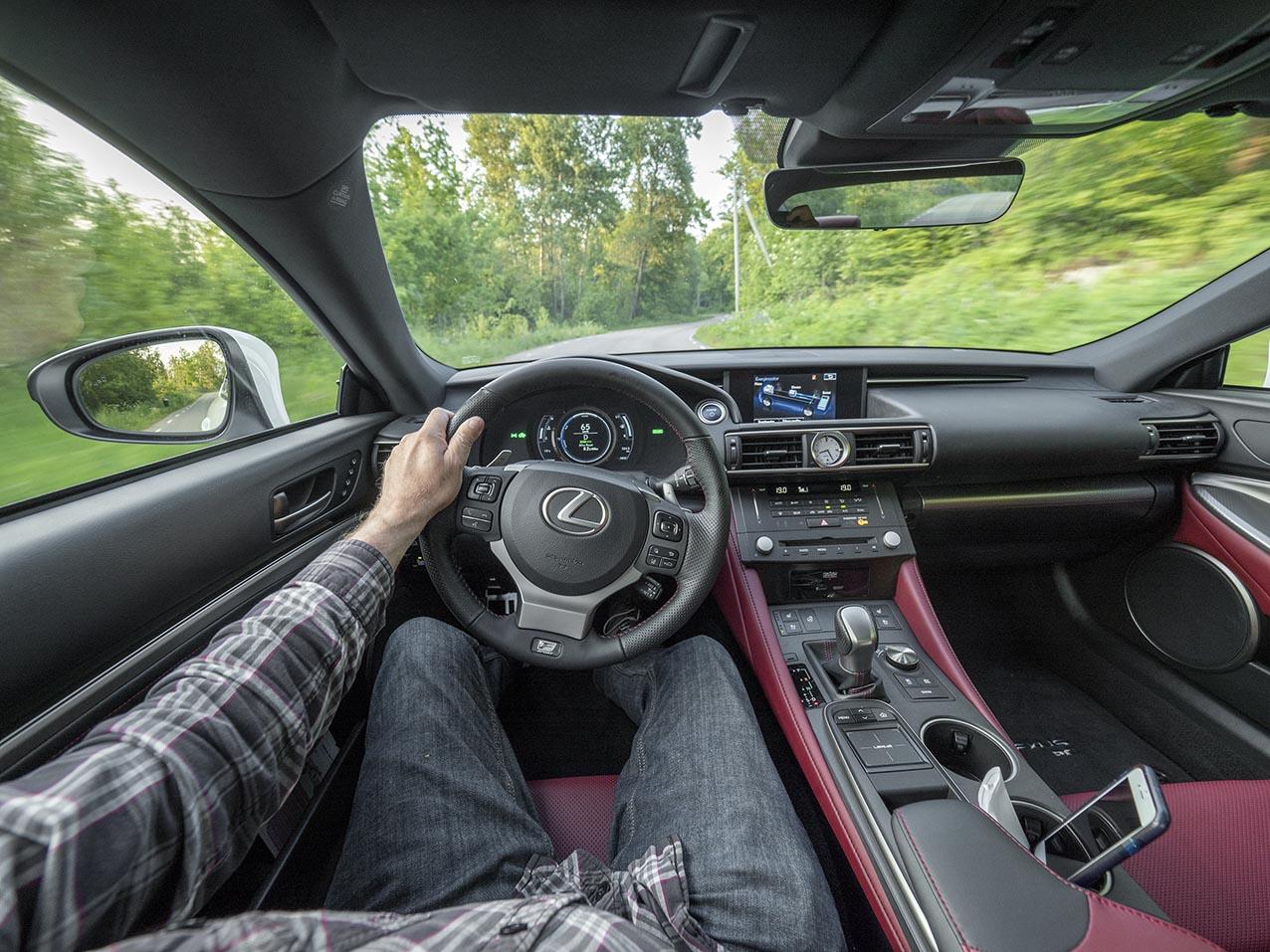 Lexus RC 300h. Förarens arbetsmiljö