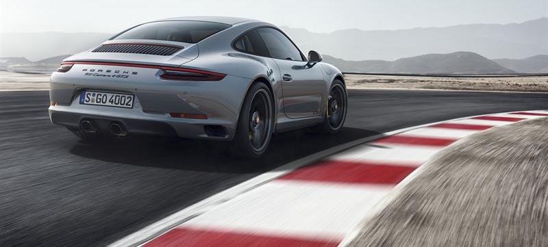 Porsche 911 Carrera 4 GTS har en ljuspanel mellan bakljusen.