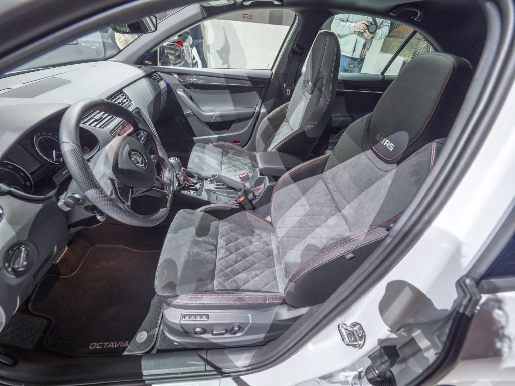 Det blir även en Skoda Octavia RS med häftigare drivlina och mer sportbetonad inredning som de här sportstolarna.