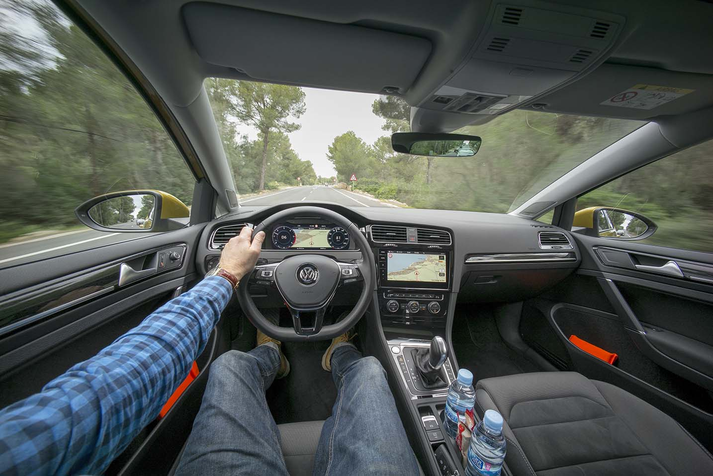 Förarmiljön i nya Golf följer upp Volkswagen-traditionen med bra men lite stram instrumentering. Nytt är större displayer både för den inställbara instrumentclustern och infotainment-displayen i mitten.