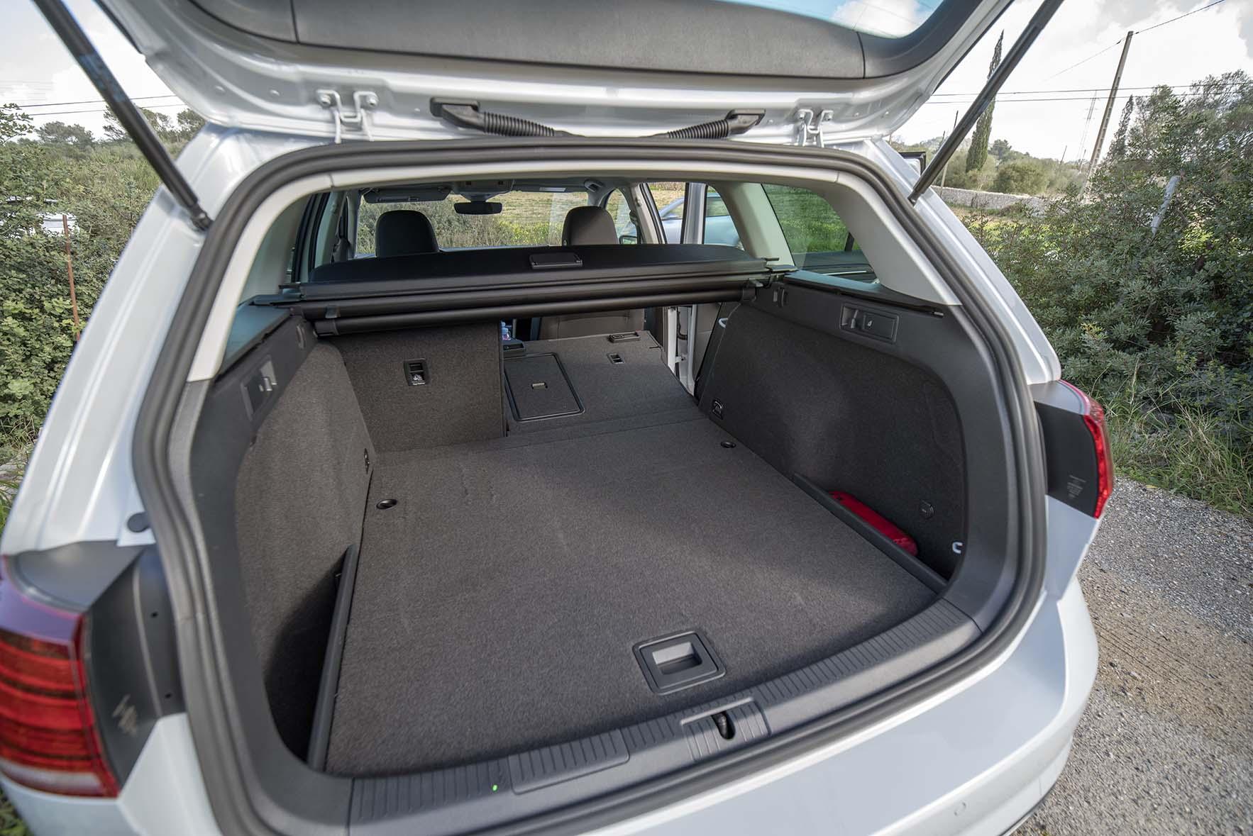 Lastutrymmet i nya VW Golf Variant är väl tilltaget och har baksätena fällbara i 40/60 och det även med fjärrfällning från lastutrymmet.