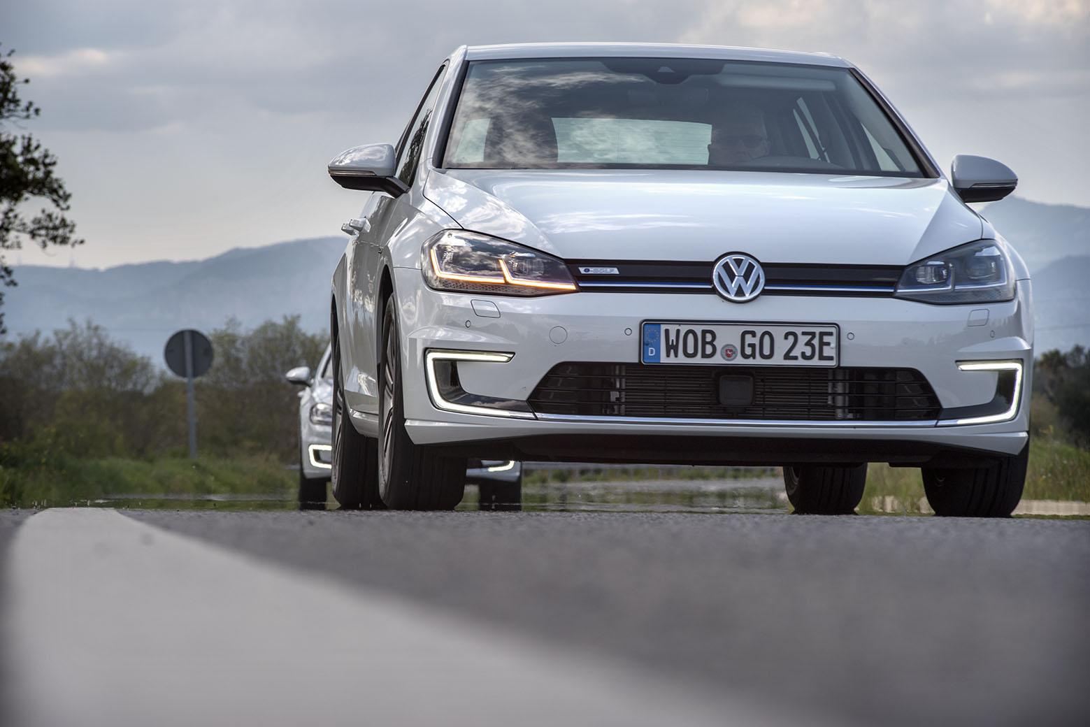 VW e-Golf är elbilen förklädd till en helt vanlig Golf. Det går också att köpa en Golf med både elmotor och bensinmotor. En laddhybrid med andra ord.
