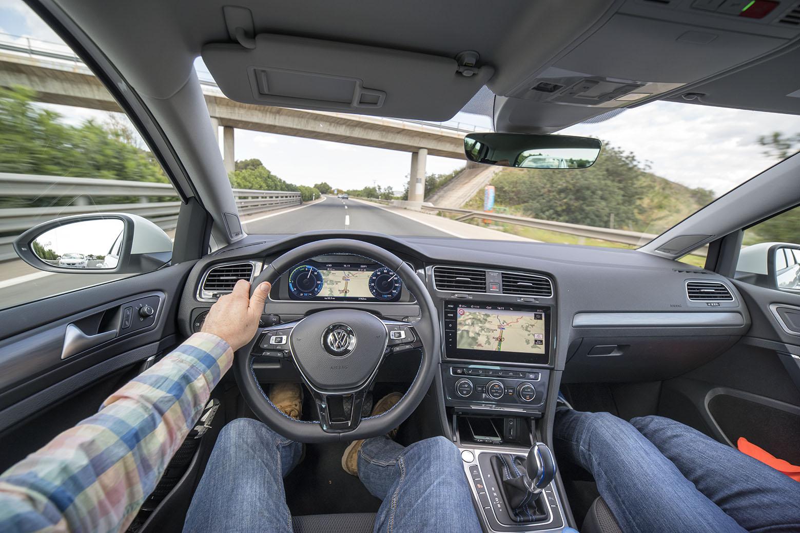 Det mesta är sig likt bakom ratten även i en e-Golf eller i laddhybriden GTE. Det är själva instrumenteringen som ser annorlunda ut.