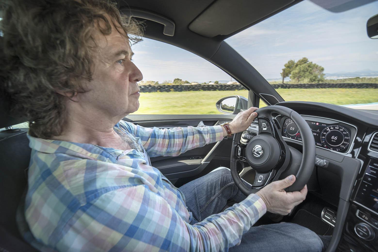 Det är med händerna på ratten man känner skillnaden i en Golf R. Bilen är fyrhjulsdriven och har ett chassi som pallar hårdkörning.