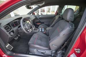 Volkswagens ganska strama och tydliga instrumentering med välplacerade reglage är lätt att snabbt finna sig tillrätta i. GTI.-modellens förarmiljö är väldigt likt den i de övriga modellerna.