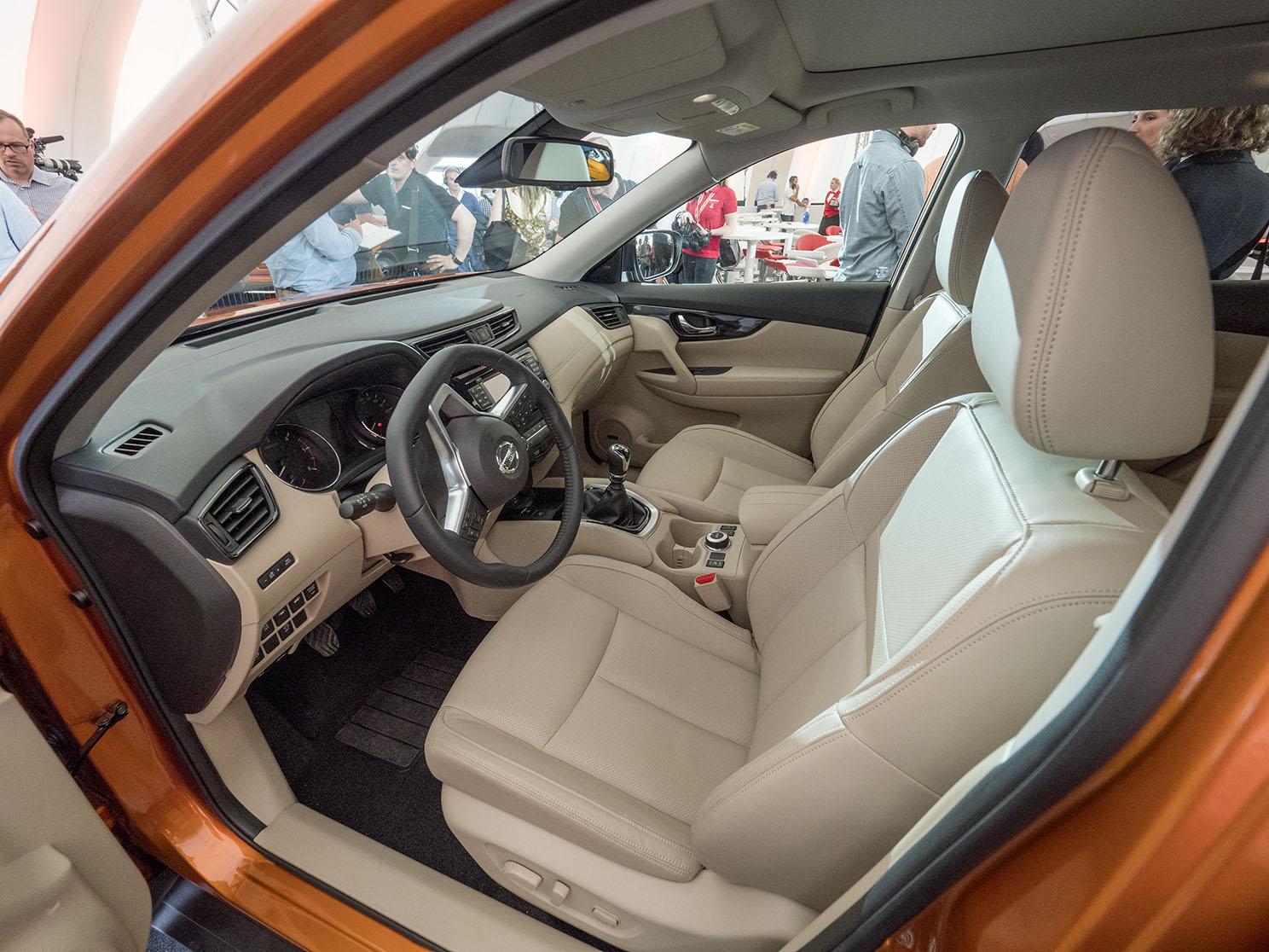 Nya material i inredningen och en ny Bose-anläggning för ljudet gör bilen till en mer komfortabel långresebil.
