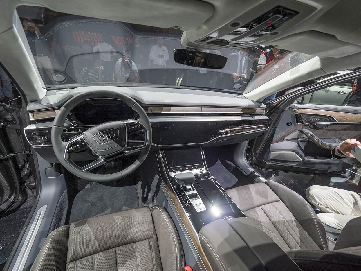Stramt elegant förarmiljö i nya Audi A8