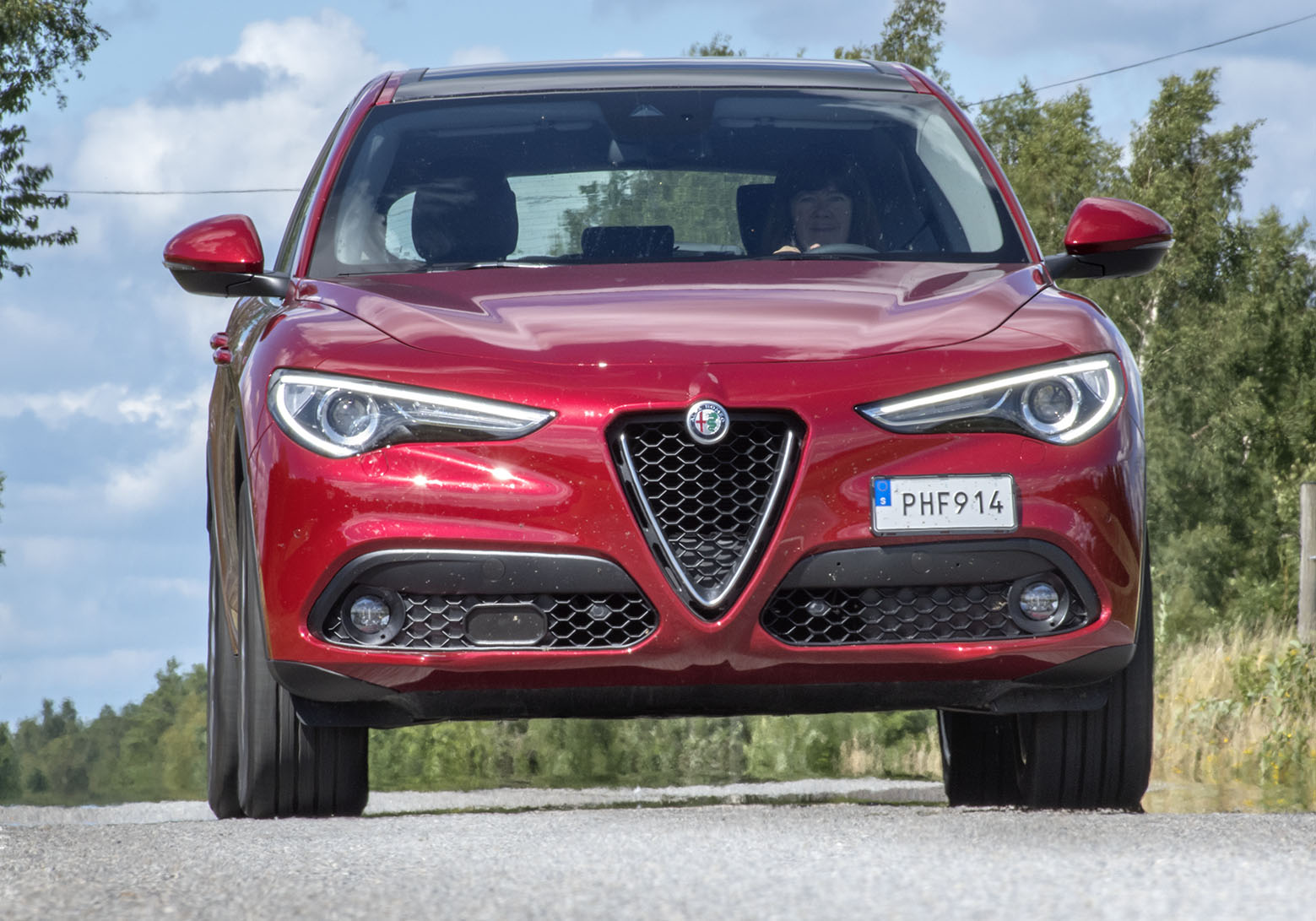 Alfas Stelvio delar grundkonstruktionen med Giulia och det betyder längsmonterad motor och chassi som med max kraft på bakaxeln. Bilen har fått sitt namn från ett alppass med krokiga asfaltsvägar och det är vad den är byggd för.