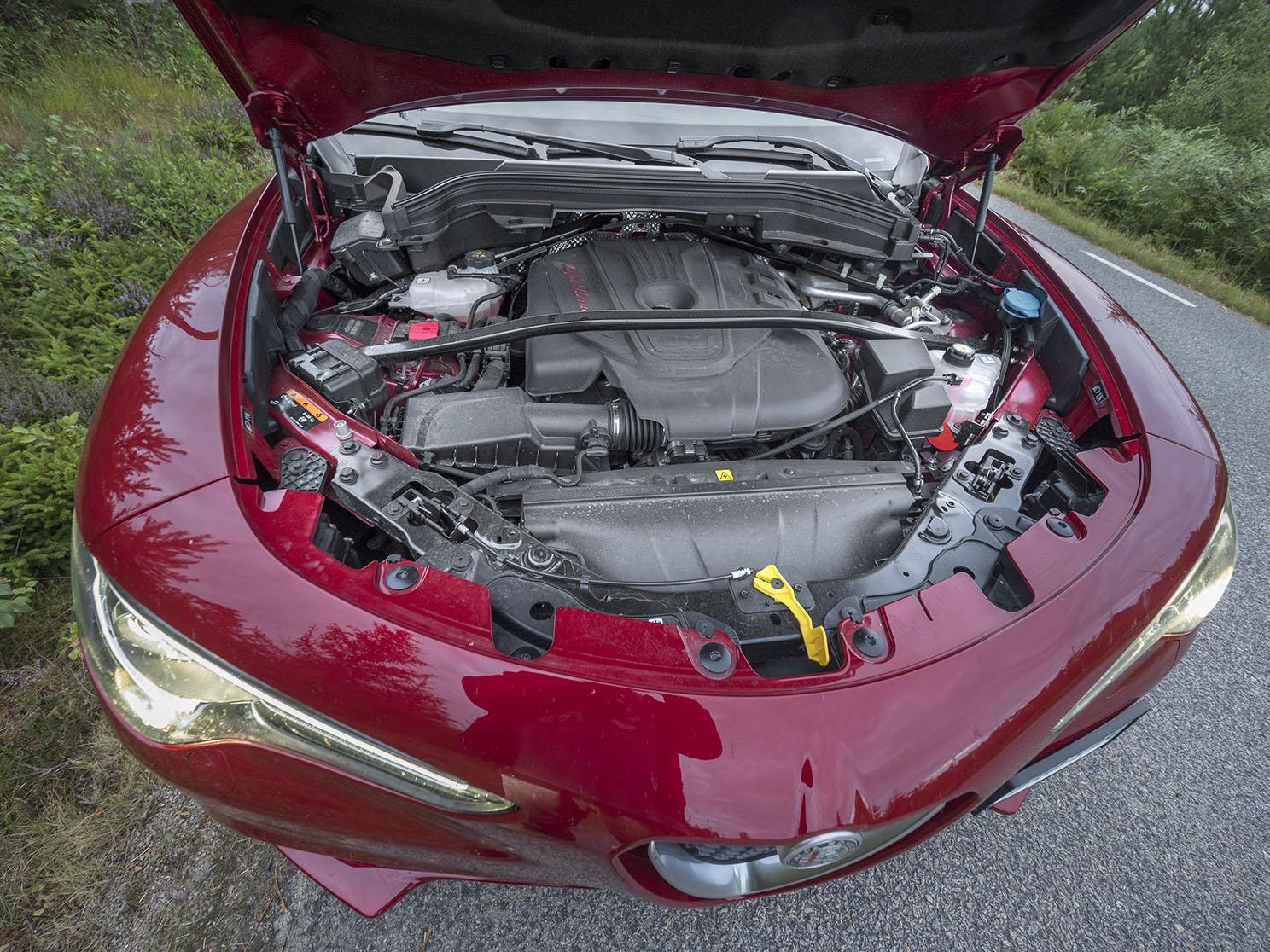 Den fina 210 hästar starka Alfa-fyran är längsmonterad och den är både snål och flexibel. Ett stort plus för motorn och drivlinan i sin helhet.