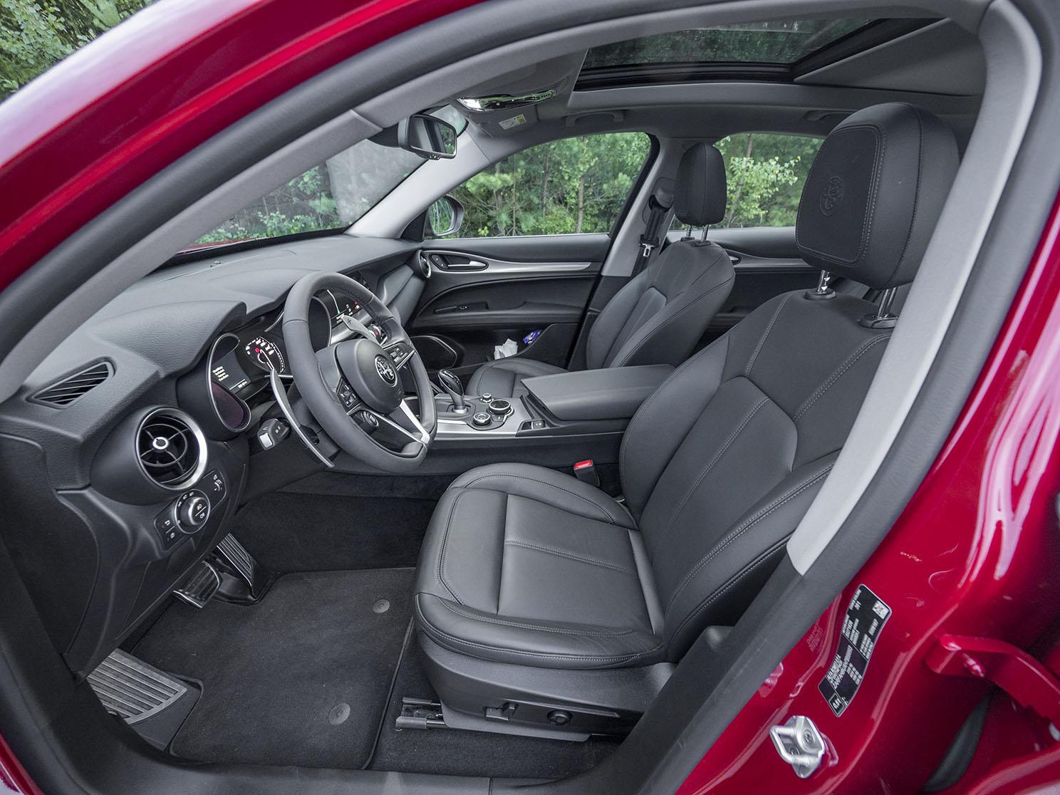Bra stolar och bra förarmiljö, men här är både Volvo och de tyskas konkurrenterna en generation modernare.